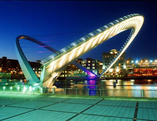 Wilkinson Eyre, a London-based architecture firm, designed the award-winning Gateshead Millennium Bridge, which crosses the River Tyne, connecting Gateshead and New Castle. Powered by six hydraulic rams, it can pivot 40 degrees to let boats pass. It was fully constructed before being installed as a single piece by Europe's largest floating crane, Asian Hercules II.