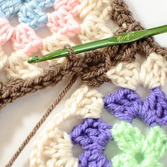 No more sewing pieces together! Learn how to join granny squares with the Join As You Go (JAYGO) Method. ༺✿ƬⱤღ✿༻