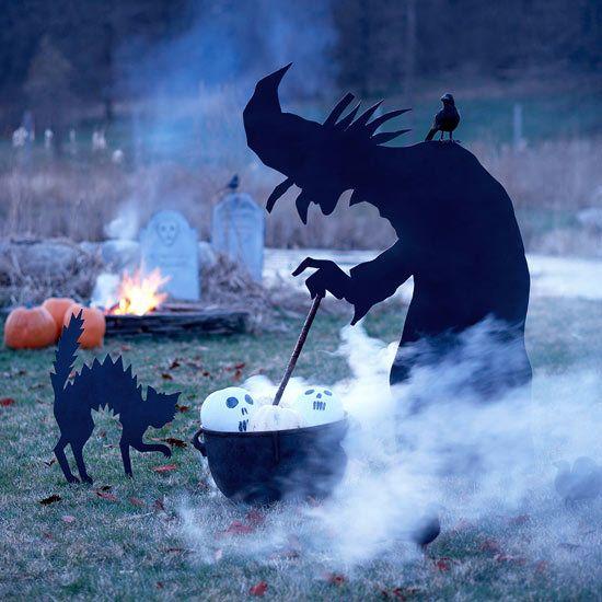 Фигура ведьмы варящей зелье во дворе дома. Фигуру можно вырезать из фанеры и покрасить черной краской. .