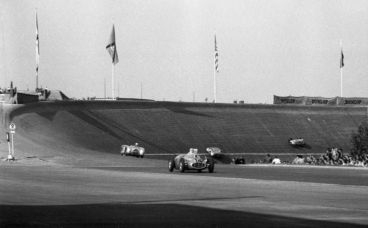 Avus-Rennen 1951: Das Bild zeigt ein Rennen auf der Avus in Berlin. Im Vordergrund liegt Paul Greifzu auf einem BMW-Eigenbau in Führung, gefolgt von Toni Ulmen in einem Veritas-Rennwagen.