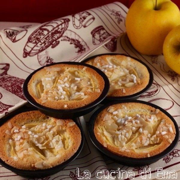 """Le mie tortine di mele con albumi e limone sono sofficissime, deliziose da gustare sia a merenda che a colazione. L'aroma di limone si sente molto ed è davvero piacevole. La sensazione di """"scioglievolezza"""" è la prima impressione che si ha assaggiandole, soprattutto se si usano le mele golden un..."""