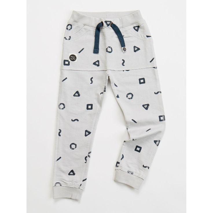 Παντελόνακι σε στυλ φόρμας σε ανοιχτό γκρι και με σχέδιο κιμωλίες.  Είναι ελαστικό ώστε να προσαρμόζεται σε όλα τα μεγέθη.  Στο μπροστινό μέρος έχει τσέπες κανγκουρό.  Ιδανική επιλογή για αγόρια και κορίτσια.  Από 100% οργανικό βαμβάκι.  Κατασκευή: Φινλανδία