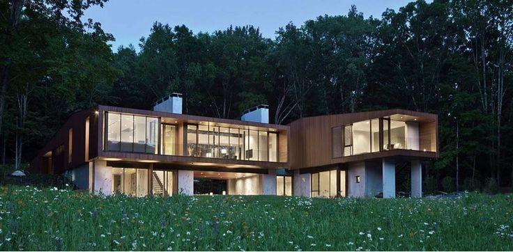 Une maison comtemporaine bois et béton en pleine nature aux USA, Salon Home Cinema et cheminée - bridge-house par Joeb Moore & Partners - Kent Connecticut, USA #construiretendance
