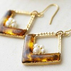 モロッコのバザールにインスピレーションを得たデザインシリーズ。耳元でブラウンシェルが揺れ、2種類のゴールドビーズがまばゆく光り、存在感たっぷりです。エスニックテイストなチュニックやジーンズカジュアルに合わせていただくのがお勧めです。【素材】ビーズ:ガラス、真鍮    天然石:ブラウンシェル        ※天然石特有の模様が少し入っています。    パーツ:メッキ    ※K14gfのフックや、イヤリングへの変更も承っております。    お気軽にご相談くださいませ。【お手入れ】水分が付着すると金属が変色しやすくなりますので、      乾いた場所での保管や、入浴時のお取り外しをお勧めいたします。【サイズ】ピアス本体:約2.1cmx3.0cm     フック高さ:約2.0cm<<<特別再販2017>>>