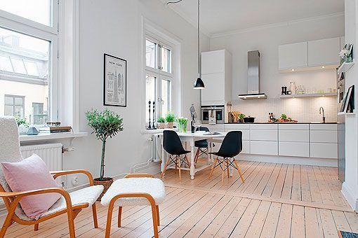 Cocina abierta al salón de un apartamento femenino