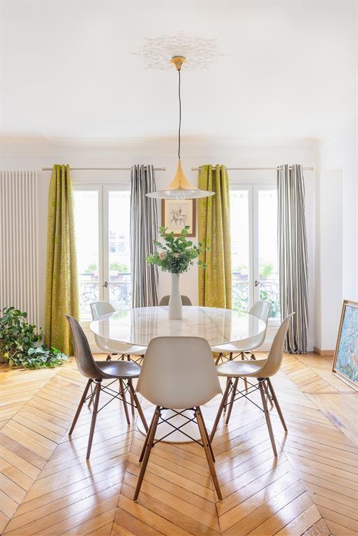 Dining room with two different curtains (mustard/yellow and silver/grey) | Salle à manger avec deux rideaux de couleurs différentes (jaune/moutarde & gris/argent).