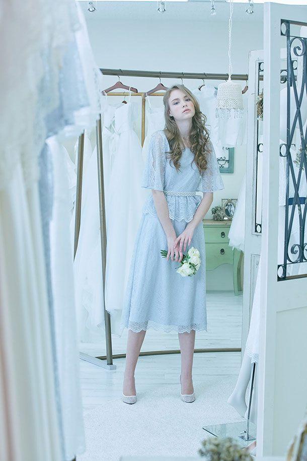 カラードレスNo. DBC-064 -サックスブルーのミモレ丈ドレス。先端に輝きを集めたリュクスなパンプスでリッチ感をプラス。ガーデンパーティや二次会ドレスとしてもマッチ。