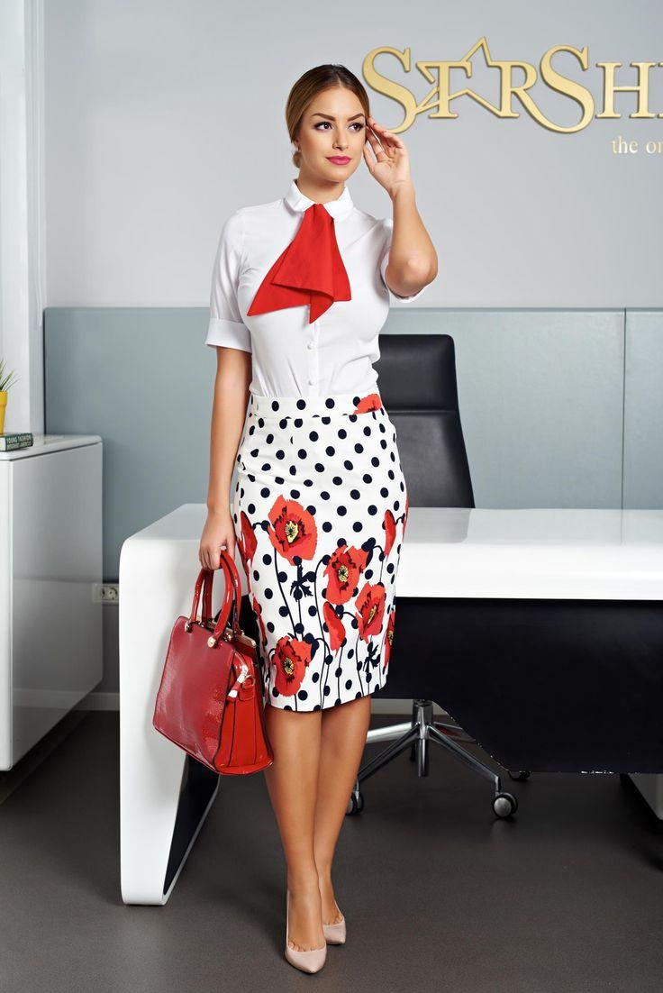 Fusta PrettyGirl Sweet On Red. Fusta cu imprimeu floral, usor elastica. Nu are captuseala si se potriveste perfect la bluze si tricouri de vara. Croiul este tip creion.