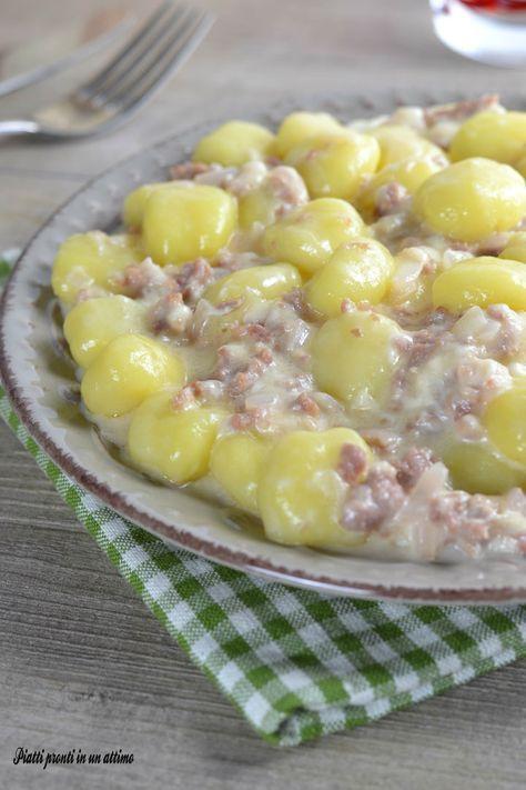 Gli gnocchi salsiccia e stracchino sono un primo piatto incredibilmente gustoso, semplice e davvero velocissimo da preparare.