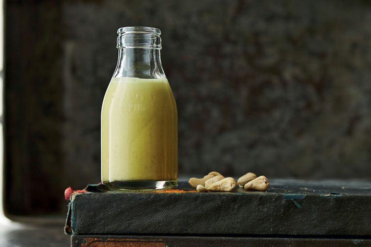 Mild och söt cashewmjölk med gurkmeja, kardemumma och svartpeppar. Recept framtaget av Green Kitchen Stories.