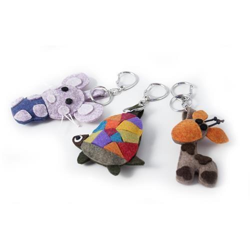 SET 3 PORTACHIAVI LANA COTTA  -  Set di 3 portachiavi in lana cotta. Disegno: giraffa, topolino e tartaruga. Moschettone in metallo. Dim: 6x8 cm. circa.