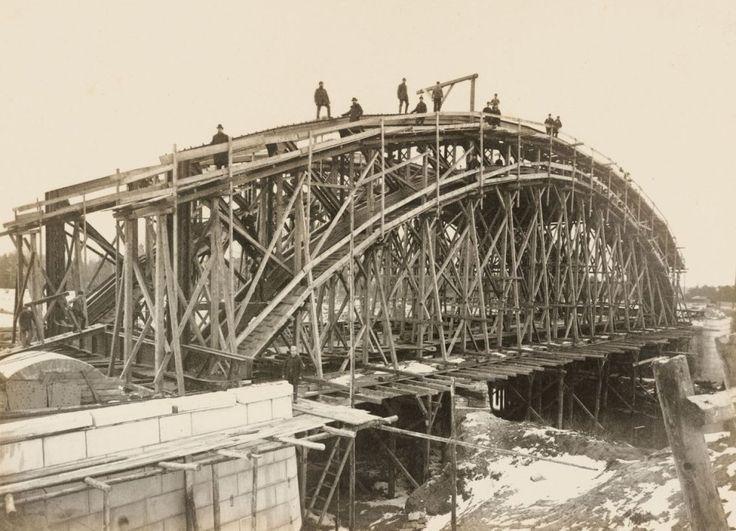 Budowa mostu Zwierzynieckiego, zwanego kiedyś Przepustkowym (Passbrücke) nad kanałem Starej Odry. Prace ukończono w 1897     http://wroclaw.wyborcza.pl/wroclaw/5,35762,16955292.html?i=14#ixzz4jcPw1OSL