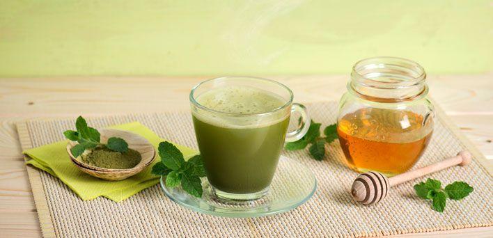 Pregiato e dal colore intenso, il tè matcha è una bevanda tradizionale giapponese da consumarsi con calma, prendendosi il tempo per una vera pausa di benessere. Realizzato per sospensione, cioè mescolando all'acqua la polvere leggerissima che si ottiene dalle foglie essiccate di tè, è ricco di antiossidanti, vitamine del gruppo B e C, di polifenoli e di caffeina.