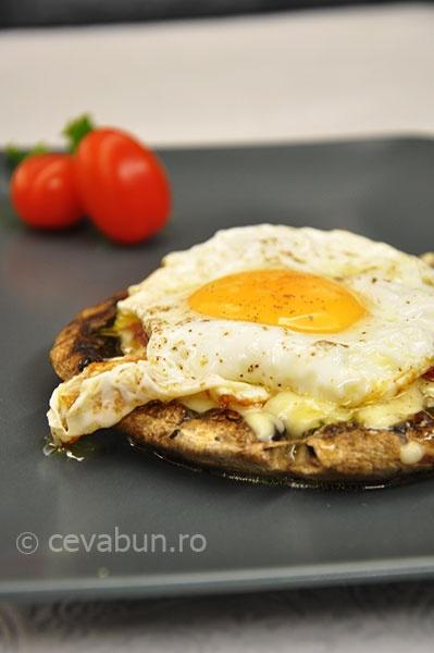 Burger din ciuperci cu mozzarella, rosii uscate si ou ochi - reteta lacto-ovo-vegetariana.