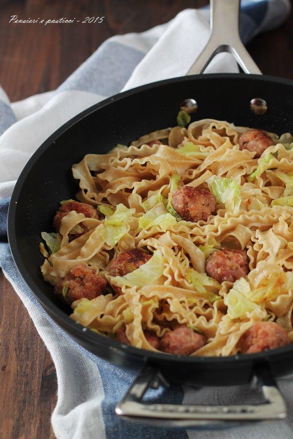 """Reginette alla verza e polpettine di salsiccia Dal blog di @pensieriepastic :""""www.pensieriepasticci.ifood.it/"""" - Padella wok alluminio @LeCreusetItalia #food #cucina #ricette #primipiatti"""