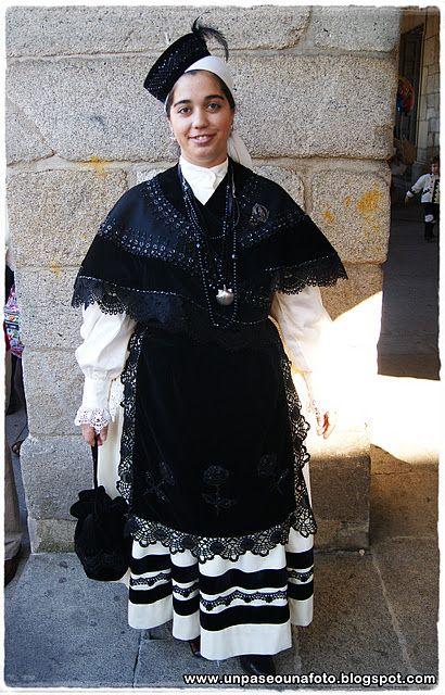 traje tipico gallego. con puntilla de camariñas  Galicia