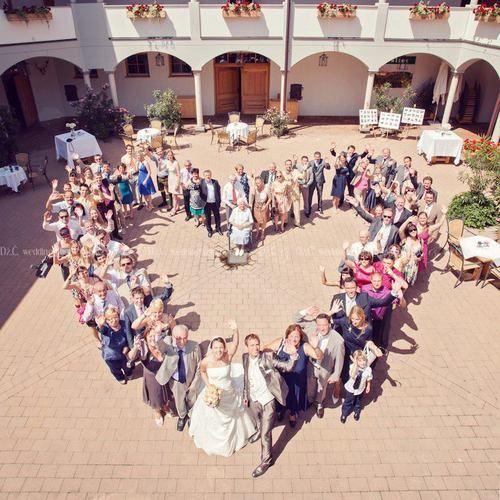 ゲストのみんなとハイチーズ♩結婚式でのユニークな『集合写真』の撮り方アイディア♡にて紹介している画像
