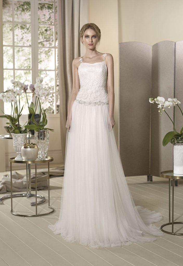 AZUCENA Vestido de novia de aires retro con falda en tul de seda y cuerpo ablusado de fino guipur con tirantes.