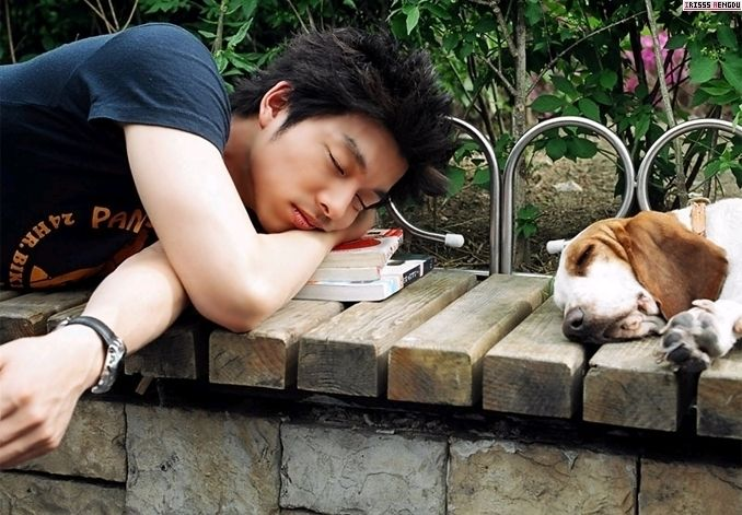 Gong Yoo napping with a basset hound. I'll take one of each, please.