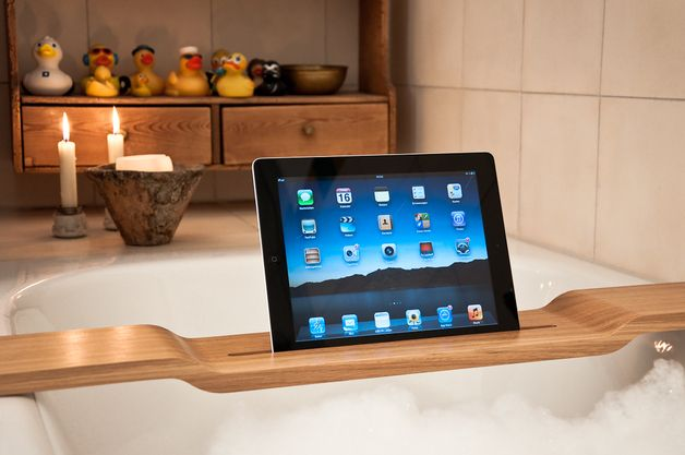 iPad Halterung aus Holz für die Badewanne // Wooden ipad holder for the bath tub by WOOD U via DaWanda.com