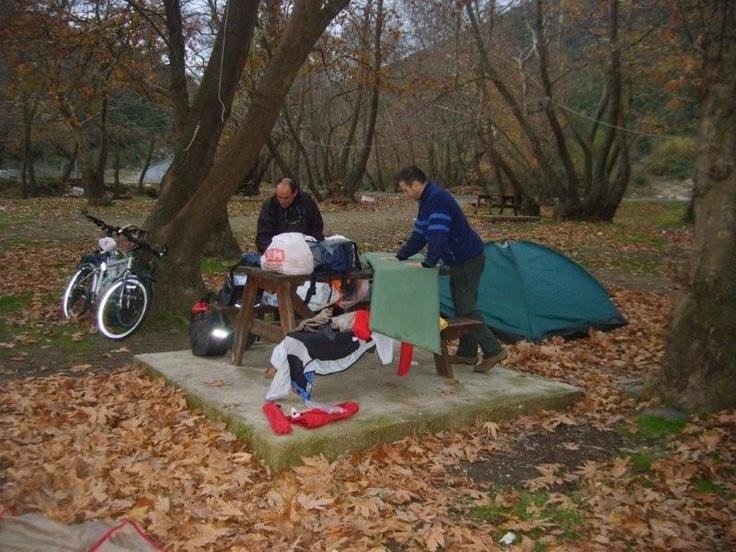 Acelemiz yok. Yokuşlar bol, yağmur yağıyor ve biz kamp yapıp ıslak toprak ve ağaç koklamak istiyoruz... Daha fazla bilgi ve fotoğraf için: http://www.geziyorum.net/marmara-adasi-bisiklet-turu/