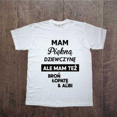Koszulka dla Chłopaka, idealna jako prezent na Dzień Chłopaka. Mam piękną dziewczynę ale mam też broń łopatę i alibi :) T-shirt z nadrukiem