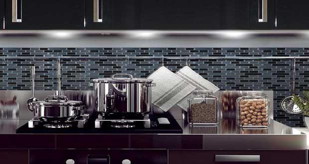Le carrelage adhésif a fait ses preuves sur la crédence de cuisine et en revêtement mural de salle de bain. Smart Tiles étoffe sa collection de carreaux autocollants