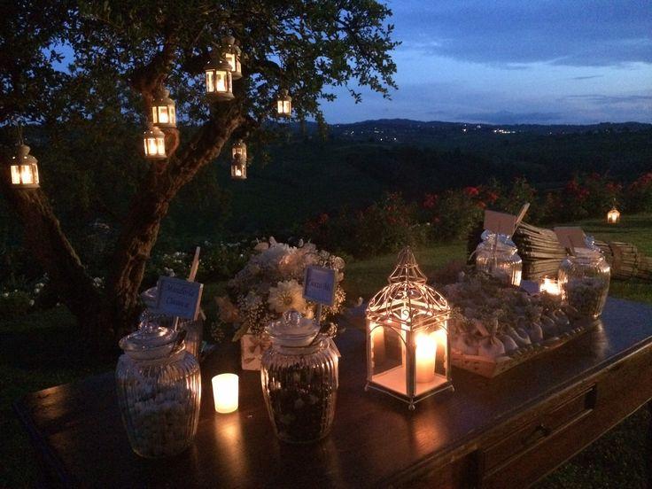 albero di melograno con lanterne e confettata