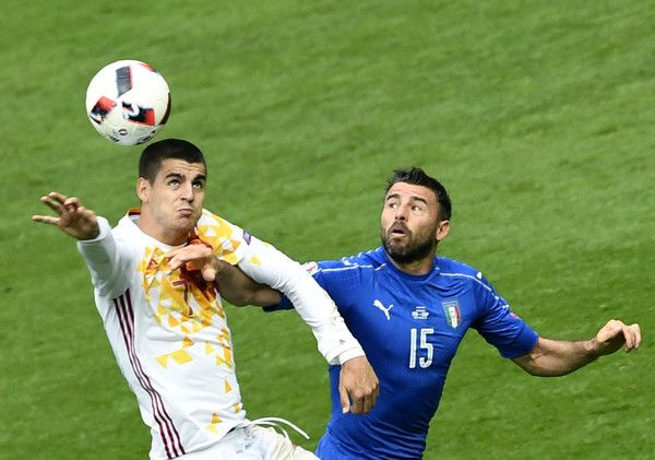 Spain's forward Alvaro Morata (L) vies with Italy's defender Andrea Barzagli during Euro 2016 round of 16 football match between Italy and Spain at the Stade de France stadium in Saint-Denis, near Paris, on June 27, 2016. / AFP / MIGUEL MEDINA