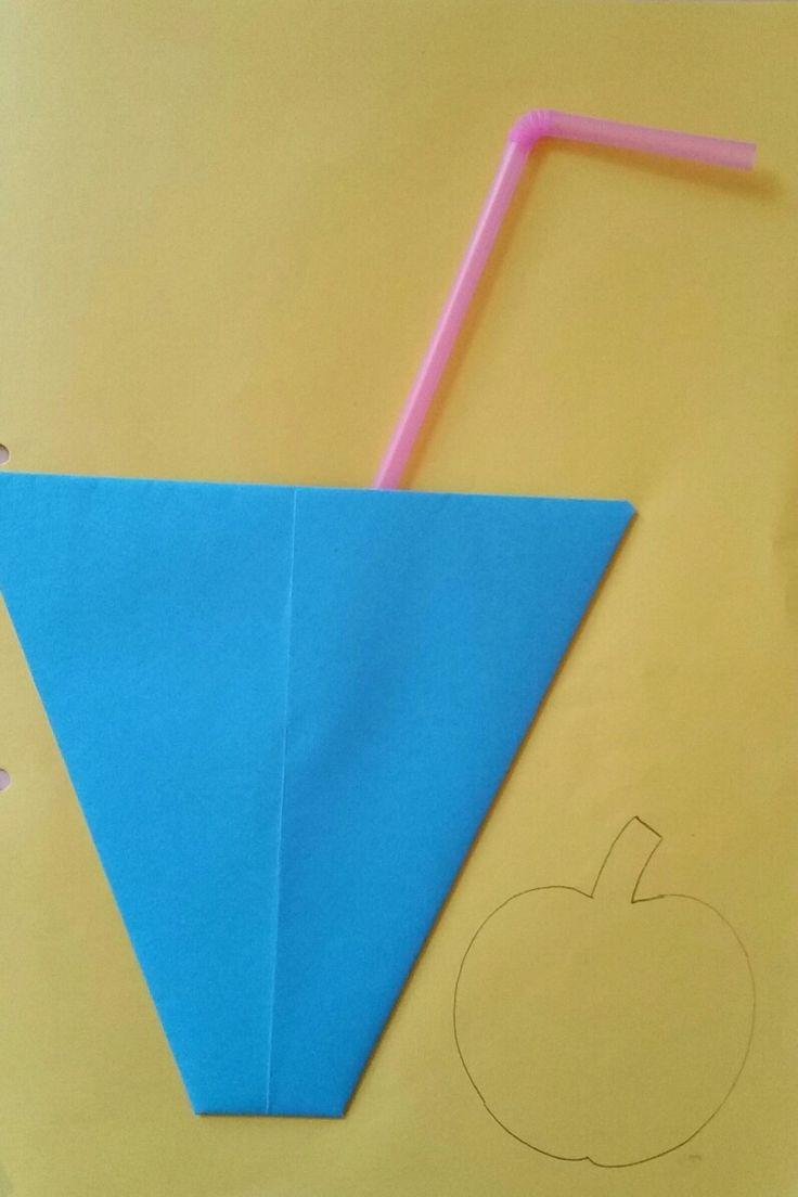 Beker van een vlieger, appel opvullen met gescheurd papier