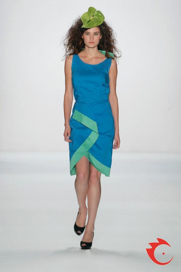 Anja Gockel - schlichtes, ärmelloses Top mit passemdem Pencilskirt im Colorblocking-Style.