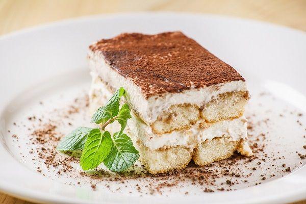Het recept voor de perfecte tiramisù, uit het boek Perfect van Felicity Cloake. Met savoiardi, mascarpone, koffie, drank en vooral lekker luchtig geklopt eiwit.