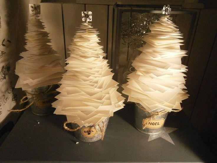 des petits sapins en papier pour un centre de table festif