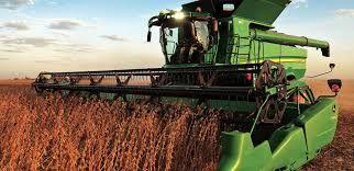 Prentresultaat vir John Deere trekkers working in the grain lands