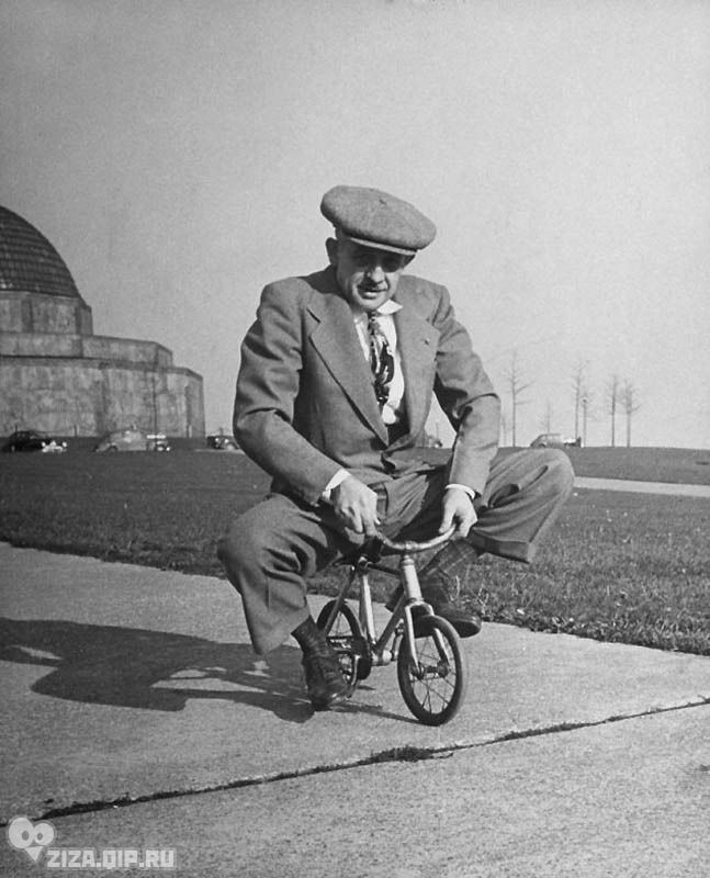 Удивительные ретро-велосипеды. На крошечном велосипедике, предназначенном специально для цирковых выступлений катается торговец велосипедами из Чикаго Энди Кослов. «Это помогает ему разминать левую ногу, которую, будучи мотоциклетным гонщиком, он ломал семь раз».