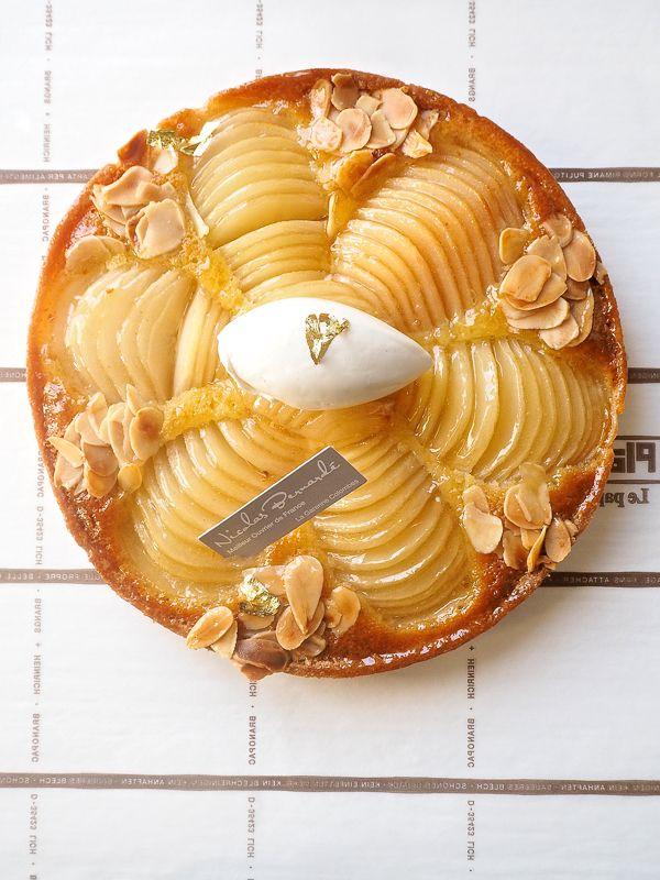 Quand l'Histoire devient délicieuse ! La pâtisserie du samedi est directement inspirée d'un dessert du 19ème siècle, la fameuse tarte Bourdaloue #NicolasBernardé #PâtisserieDuSamedi #PDS #dessert #tarte #pie #gourmand #gourmet #teatime #Frenchpastry #poire #pear #amande #almond #belleépoque #Paris