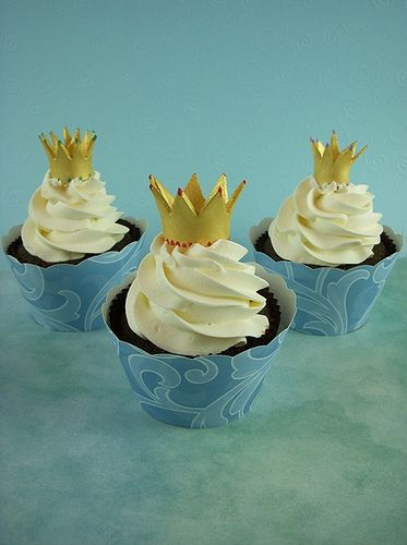 Crowns cupcakes-- How pretty! Inspiration for the feast of Epiphany.