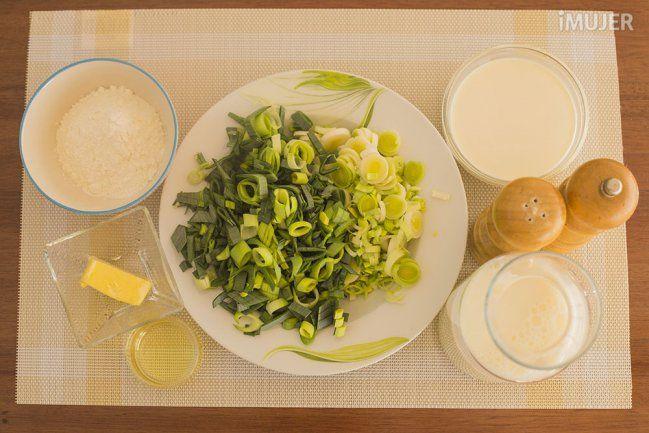 Exquisita salsa de puerros para acompañar las pastas - Ingredientes: 2 puerros cortados400 ml de leche100 ml de crema de leche30 gr de harina25 gr de mantequilla1 cda de aceiteSal y pimienta