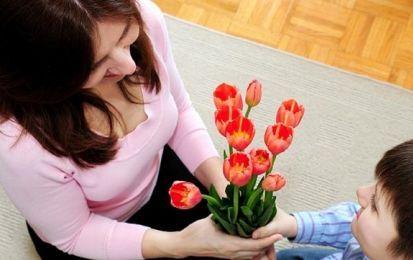 Poemas cortos para una madre: poesías fáciles para niños - Poemas cortos para una madre que resumen el amor tan especial por sus hijos, versos para celebrar el Día de la Madre.