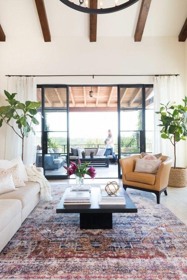 Wohnzimmer einrichten erhabene Einrichtung grüne Zimmerpflanzen Teppich in Altrosa visuelle Balance