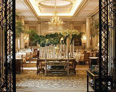 Hôtel Four Seasons George V Paris > Le Cinq > Goûtez les plats qui ont valu au restaurant Le Cinq d'être récompensé par deux étoiles au guide Michelin  – ou optez pour un menu dégustation, sans prendre de risques.