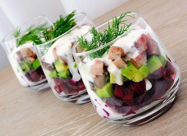 Салат со свеклой идеально подходит для банкетного меню в качестве аперитива. Салат лучше всего подавать в прозрачной посуде, чтобы просматривались вся палитра блюда — это вызывает аппетит и поднимает настроение. при желании в йогуртовый соус можно добавить немного измельчённого чеснока и мелко нарезанную зелень укропа.
