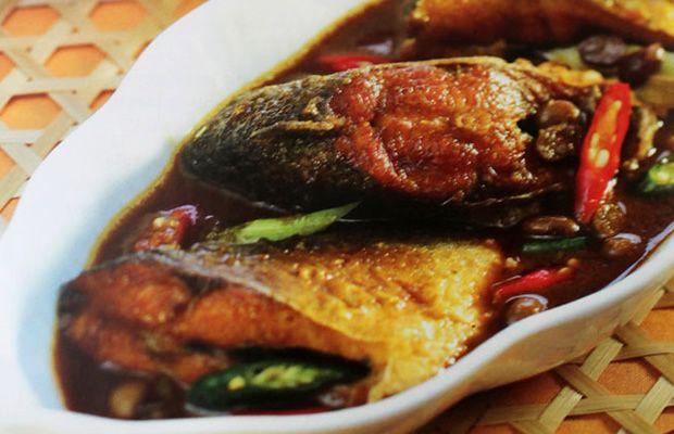 Bagi yang suka ikan bandeng, Semur Bandeng Tauco ini sudah pasti jadi santapan istimewa. Lezatnya rasa ikan Bandeng berpadu dengan Tauco membuat rasa semurnya jadi terkesan Oriental.