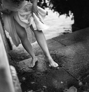 Um dia você acorda e nota que chocolates não resolvem mais os seus problemas.  Que você pode simplificar ou dificultar a vida, dependendo do seu humor.  Que o vento da manhã e o brilho das estrelas durante a noite não tem preço.  Que promessas podem te marcar, mesmo quando não são cumpridas.  Que pessoas podem voltar, ir e ficar.  Que não brincamos mais com o tempo, agora ele possuí ritmo e precisamos dançar, andar, realizar de acordo com a batida do tic-tac...