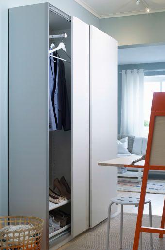 Den platsbesparande grunda PAX garderoben har ett djup på 43 cm och finns med skjutdörrar.