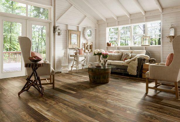 Un plancher flottant premium qui imite très bien l'aspect du vieux bois.