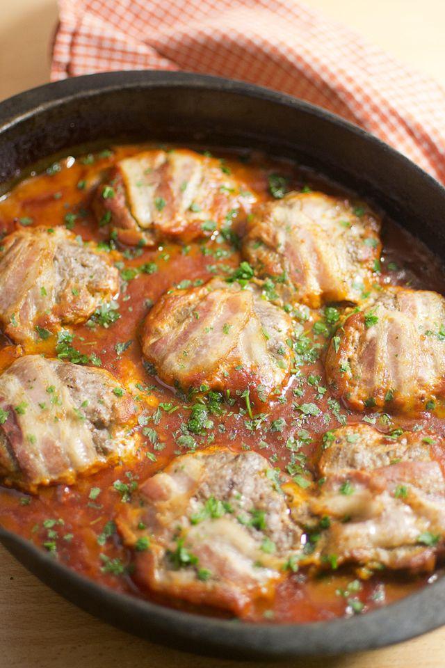 Ugnsstekta baconbiffar i tomatsås