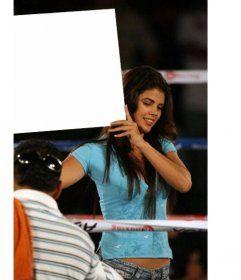 En éste fotomontaje, una hermosa chica con una camiseta azul, sonríe mientras sujeta tu foto a modo de cartel en el descanso de un combate de boxeo, Como anunciando al próximo boxeador. #fotomontaje www.fotoefectos.com