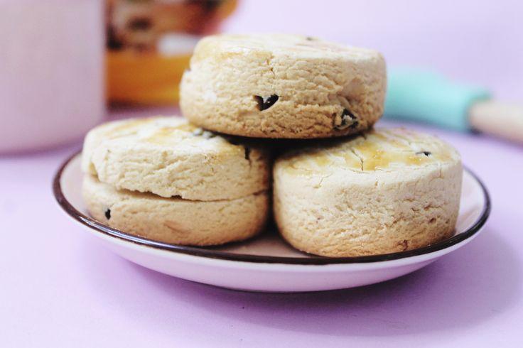 Hoy te presentamos una receta de Scones Dulces #SinTACC para endulzar la hora del té. #UnaParteDeVos  #GlutenFreeLife #GlutenFree #CeliacoFriendly #SinGluten #LibredeGluten  INGREDIENTES - 100 gramos de azúcar - 125 gramos de manteca - Esencia de vainilla - 120 gramos de MAIZENA - 120 gramos de harina de arroz - 1 cucharadita de polvo de hornear sin TACC - Sal - 1 yema - 1 huevo entero - 2 cucharadas de leche - Chips de chocolate 50 gramos  PREPARACIÓN 1. Batir la manteca a temperatura…