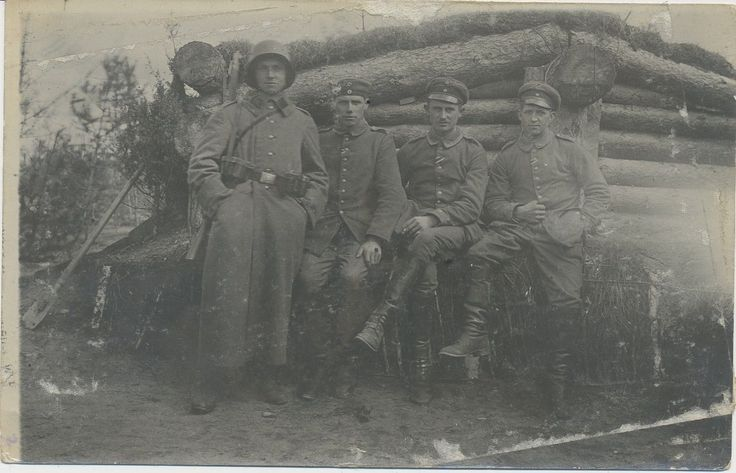 Foto/AK Feldgraue -Soldaten mit Stahlhelm 1.WK